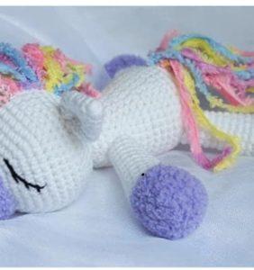 Un unicornio bebé dormidito y adorable