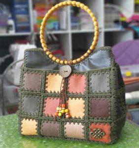 10 Bonitos bolsos hechos con material y crochet