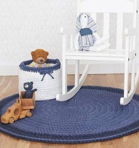 En conjunto con la alfombra: pufs, cojines, amigurumis y cestos