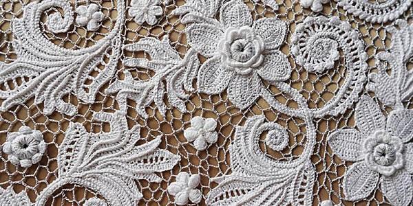 Bellos motivos florales antiguos de crochet irlandés