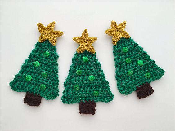 Tres árboles de Navidad hechos a mano en crochet
