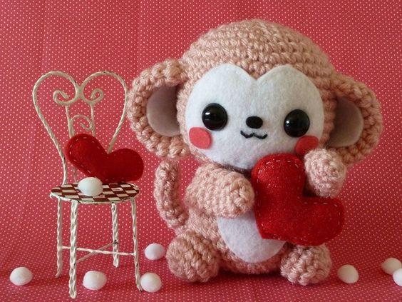monito con corazón en crochet