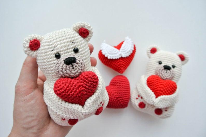Teddy, osito con corazón hecho a mano en crochet