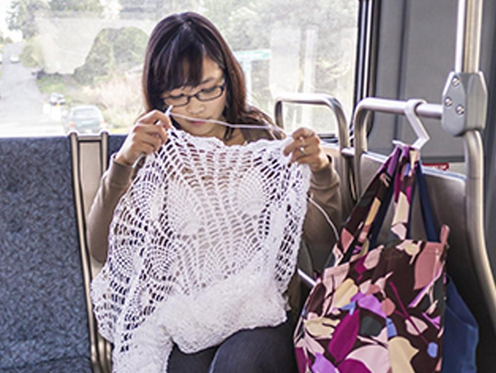 Chi, la novia, trabajando en su vestido