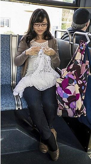 Novia haciendo su vestido en crochet