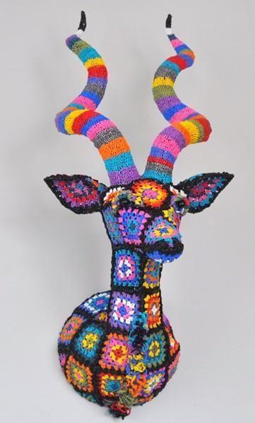 cabeza de ciervo hecha con grannys square