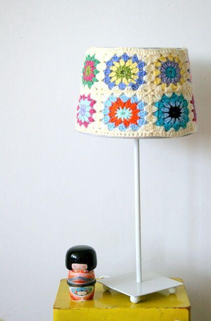 Lámpara de mesa, preciosa, en crochet